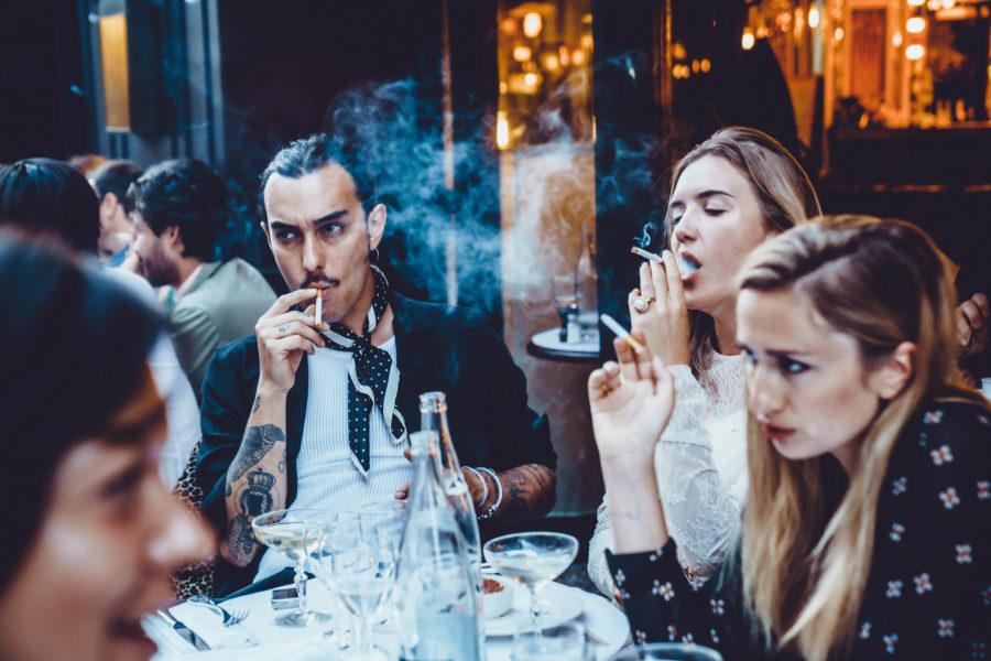 Les Grands Diners – La Belle Époque – Terrasse de café le soir
